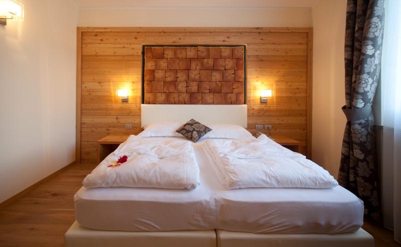 Camere standard calde e accoglienti per le tue vacanze in for Camere albergo design
